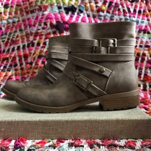 Guess cute brown buckled boots
